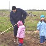 Дети на даче. Как приучить их к огородничеству.